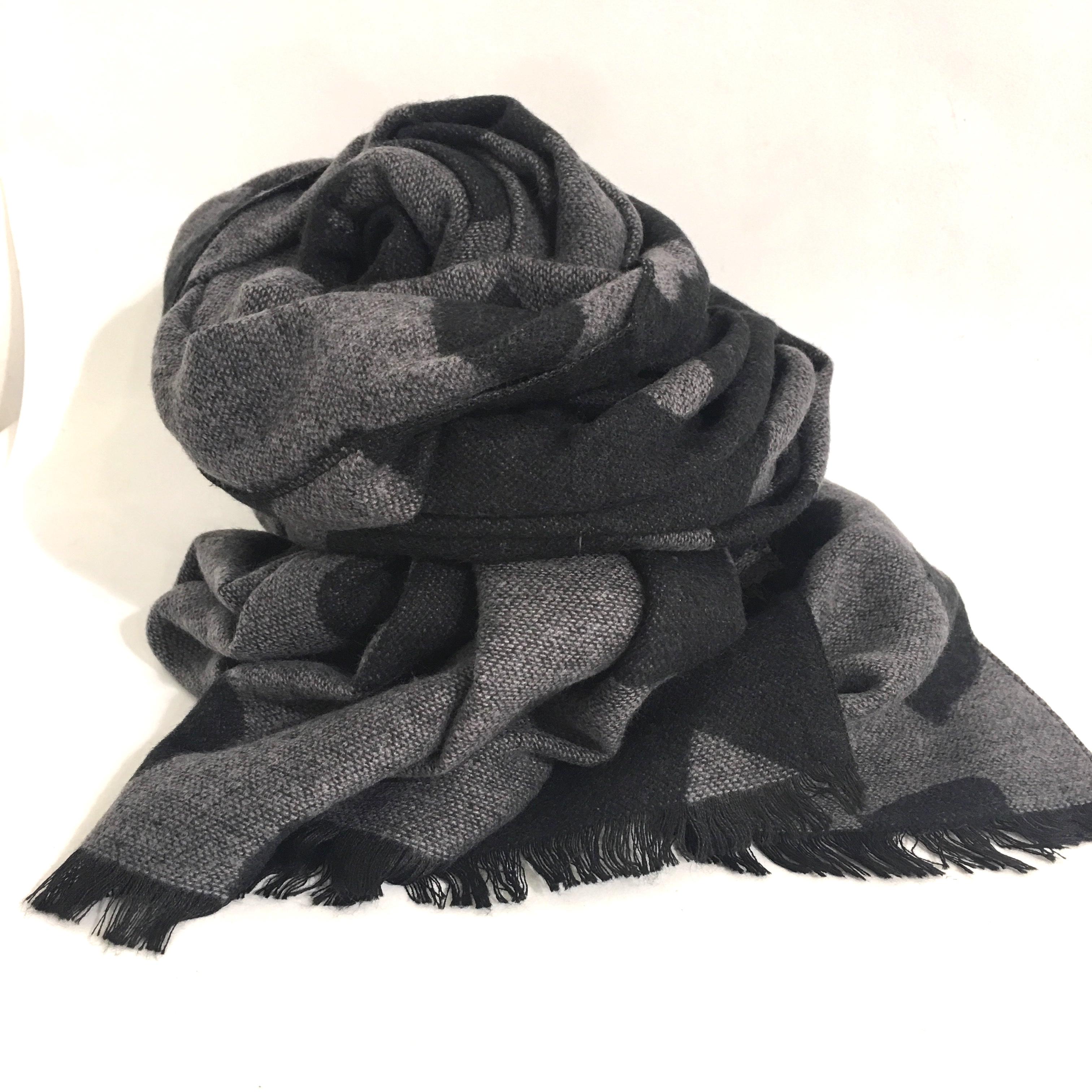 check-out 2865d e234c Sciarpa cuori reversibile nero-grigio scuro