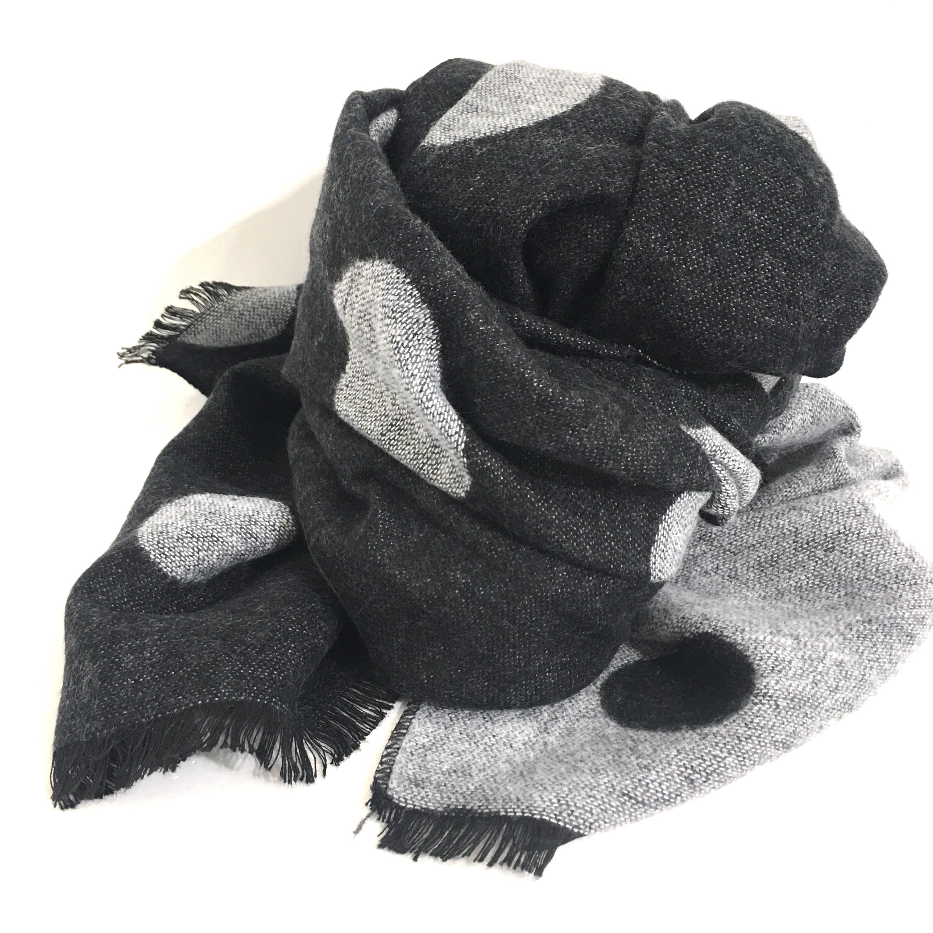l'ultimo f1a39 9ae99 Sciarpa cuori reversibile nero-grigio chiaro