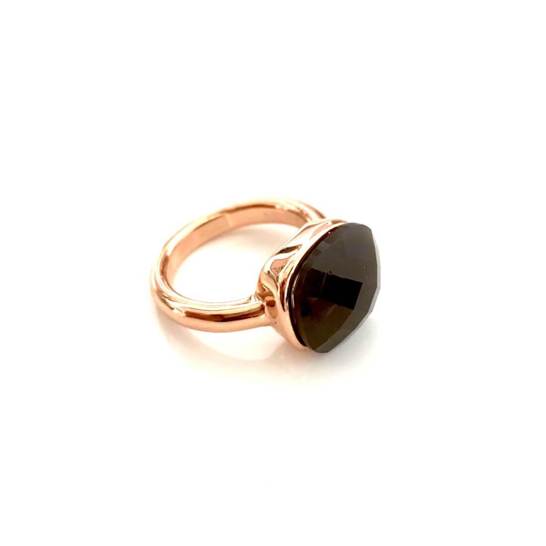 anello con pietra marrone